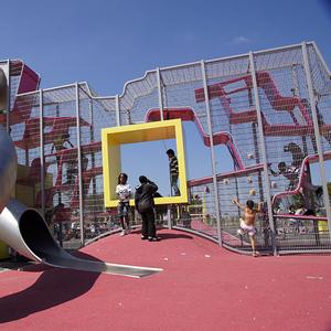 Детские городки необычной формы. Горки. Тренажеры. Спортиные трибуны